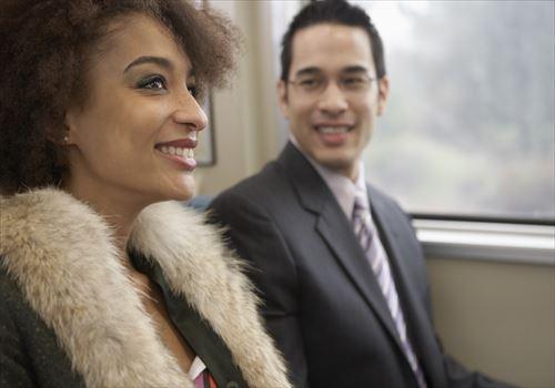 やっぱ…見てる!「電車で目が合うイケメン」と友達になる方法3つ