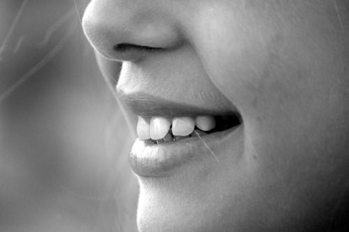 白すぎなくてもOK?「モテるキレイな歯の基準」大学研究で判明