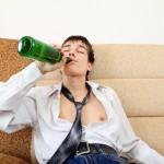 もしや…彼も!「アルコール依存症になりやすい男性」10チェック