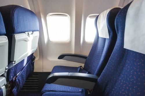 どっちが我慢すべき?飛行機のシート「倒すvs倒される」で男女差