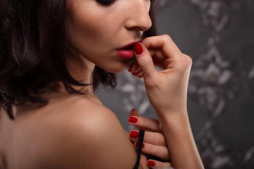 男性との距離をグイッ!「セクシー猛禽女子」が使う恋愛テク3つ
