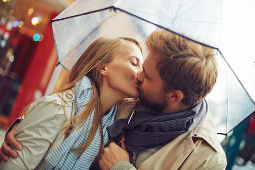 「妻と毎日キスしている」5人に1人…夫と妻のスキンシップの実態