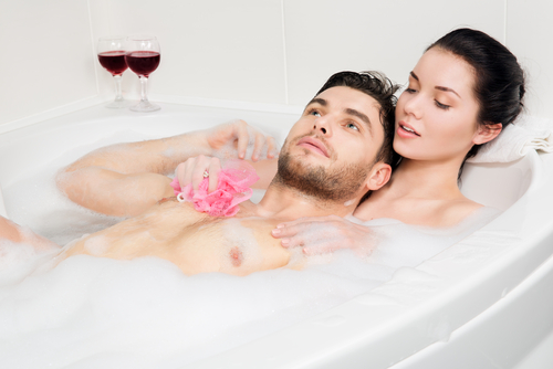 まずは脱衣所で…!彼が興奮する「混浴でキスするタイミング」3つ