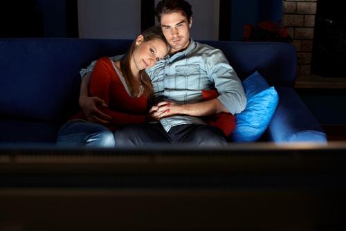 エッチな気分に…!お家デートで彼と「映画を観るべきワケ」3つ