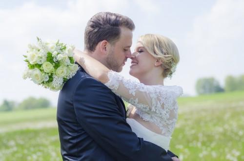 Verliebtes Hochzeitspaar kurz vorm Kuss