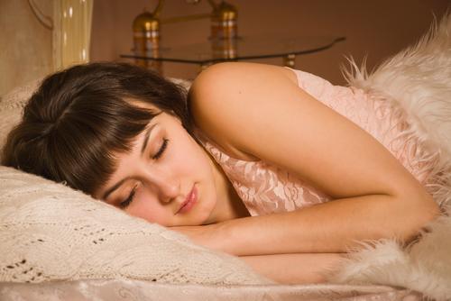 実は悪い影響ばかり!?「カレができると眠れなくなる…」研究結果