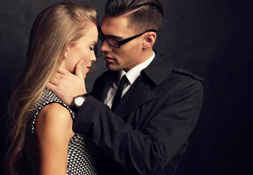あえて…!? 禁断の社内恋愛で男が「本気で好きな女にだけ」する行為