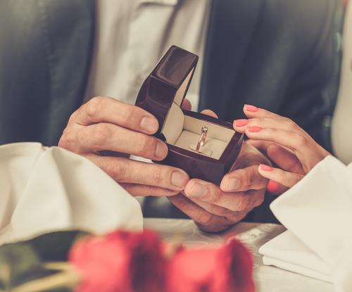 2位は「最初の交際記念日より前」…プロポーズまでの期間調査!