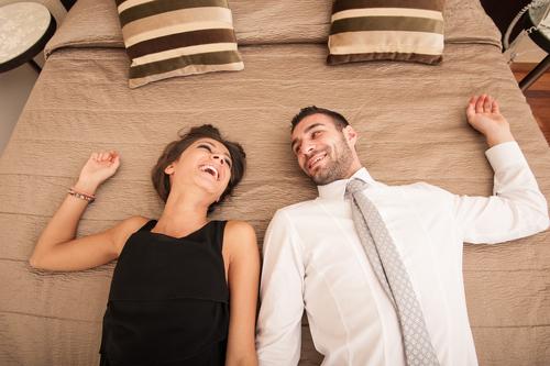 ベッドのシーツを…!? 旅行で「彼女に惚れ直す」意外な瞬間とは
