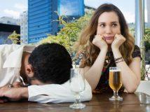 Betrunkener Mann mit frustrierter Freundin